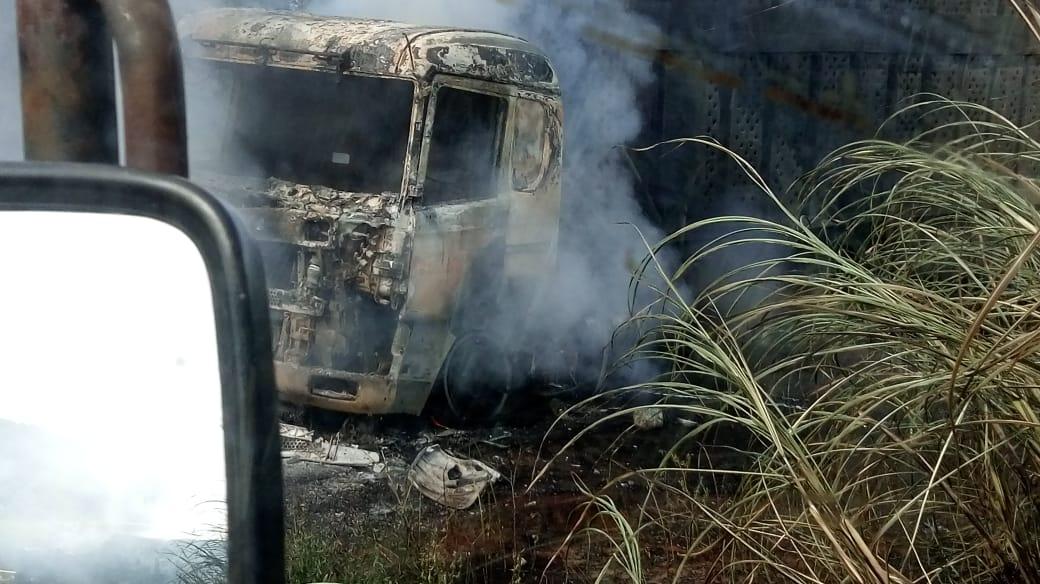 Caminhoneiro morre carbonizado após veículo capotar e pegar fogo em vicinal de Descalvado