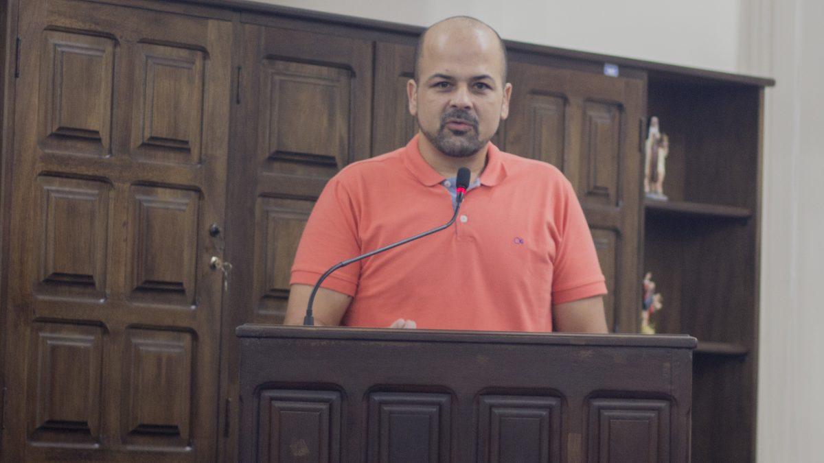 Daniel aponta infiltrações em banheiros reformados na Praça São Benedito