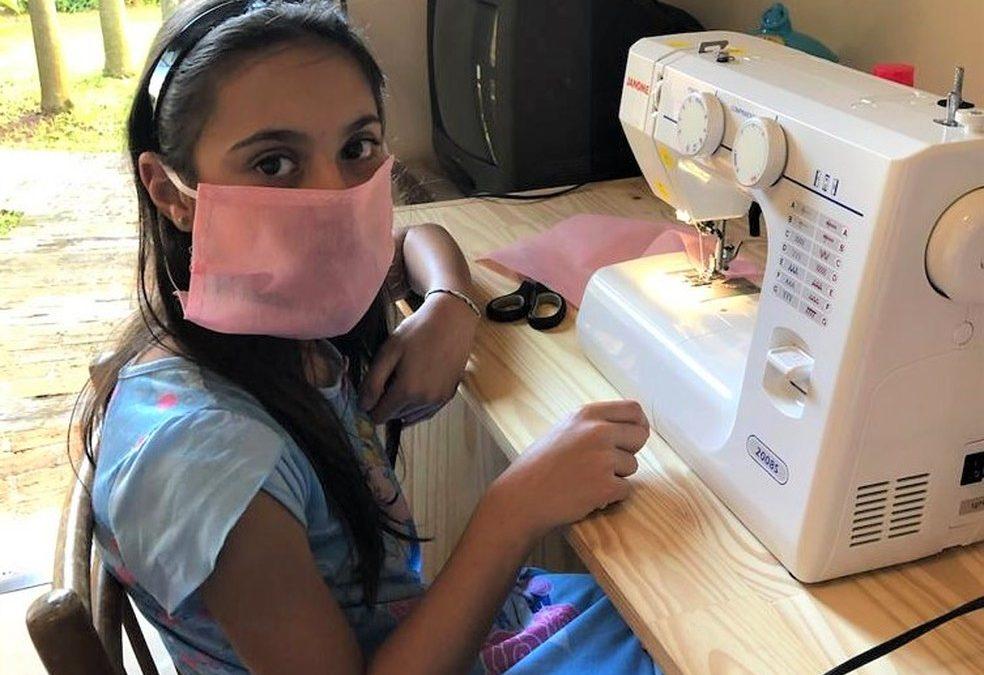 Menina de 10 anos troca ovo de Páscoa por tecido e costura máscaras para Santa Casa