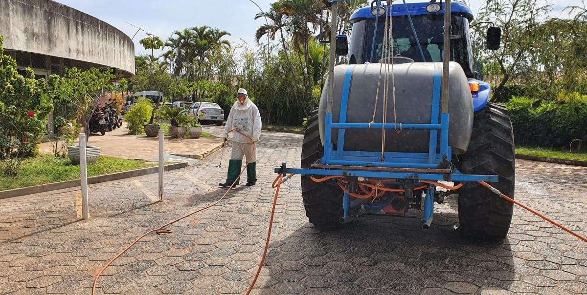 Prefeitura prossegue com o trabalho de pulverização de locais onde há grande circulação de pessoas