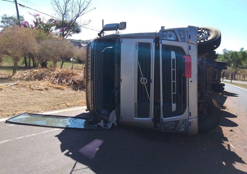 Caminhão Canavieiro tomba na Rotatória da Rodovia Zequinha de Abreu em Santa Rita do Passa Quatro