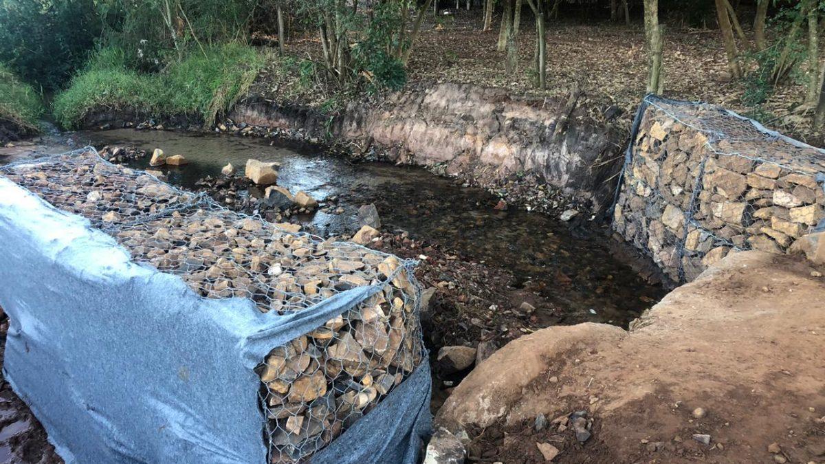 Prefeitura recupera erosão no Córrego da Onça