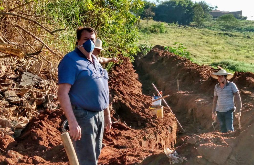 Prefeitura recupera rede de esgoto danificada, na região do Bairro Recanto dos Ipês