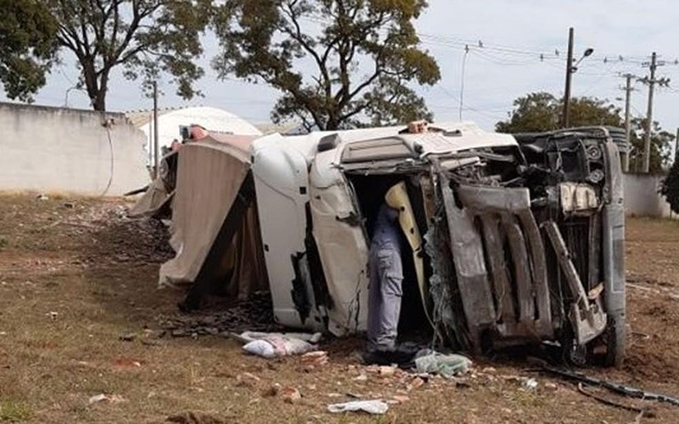 Porto Ferreira: Carreta invade pista contrária da SP-330, bate em muro e tomba