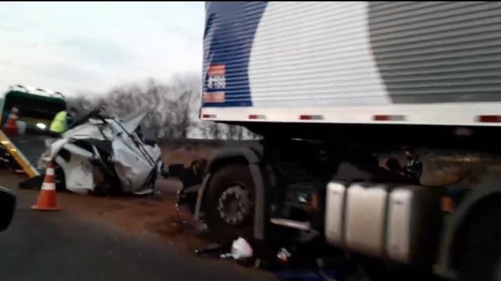 Caminhoneiro morre após colisão entre caminhão e carreta em Santa Rita do Passa Quatro.