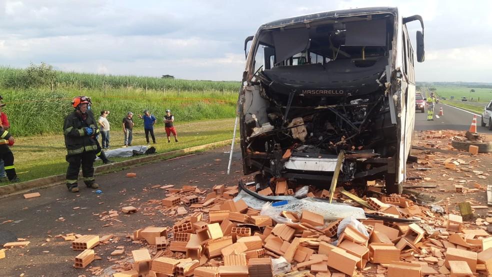 REGIÃO: Motorista de micro-ônibus morre após acidente com caminhão em rodovia de Piracicaba