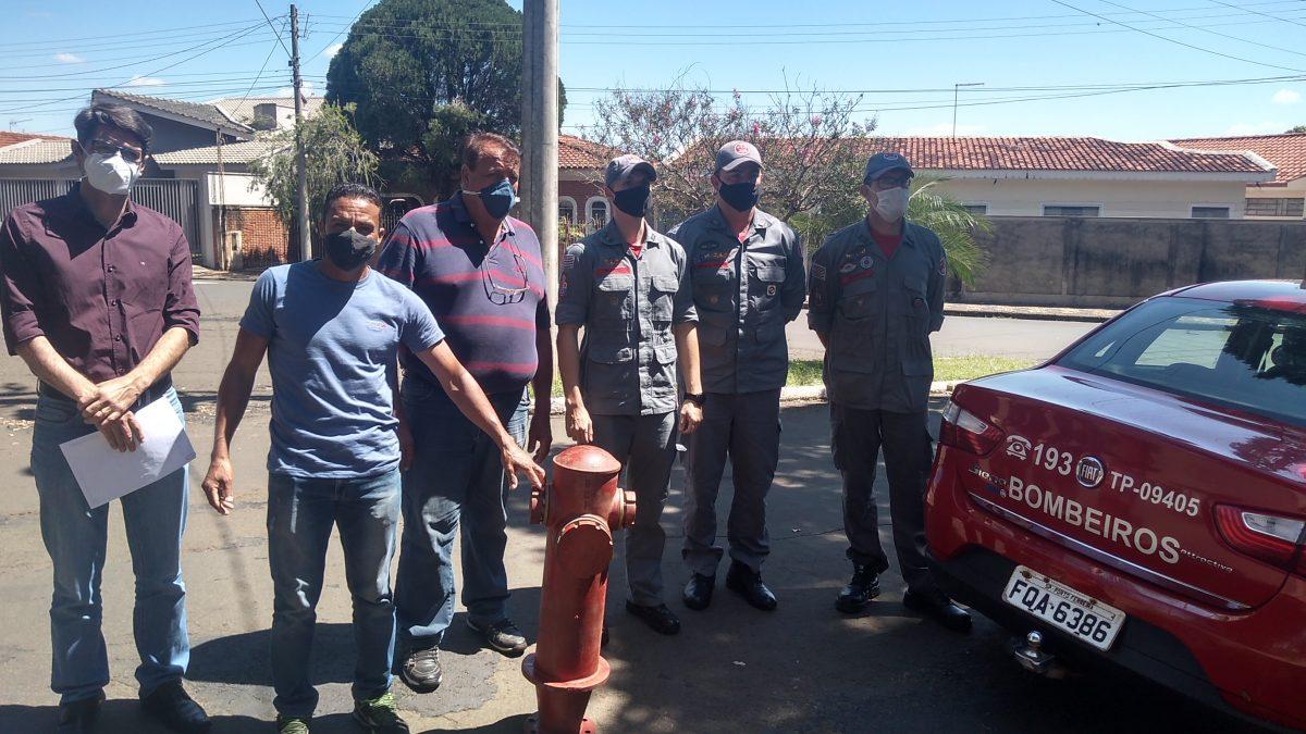 """Prefeito recebe o Comandante do Corpo de Bombeiros de São Carlos para tratar da implantação do """"Bombeiro Solidário"""" e da doação de 5 hidrantes para Descalvado"""