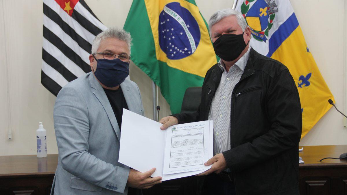 Câmara entrega Moção de Congratulação ao Professor Paulo Marcatto