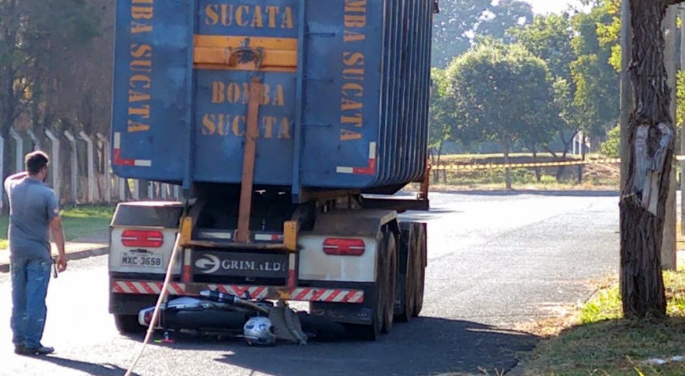 REGIÃO: Motociclista morre em Araraquara após bater contra caminhão