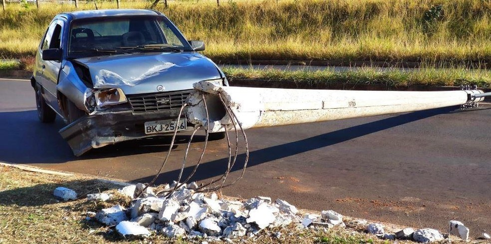 REGIÃO: Colisão de carro com poste deixa trânsito interrompido em rua em Araraquara