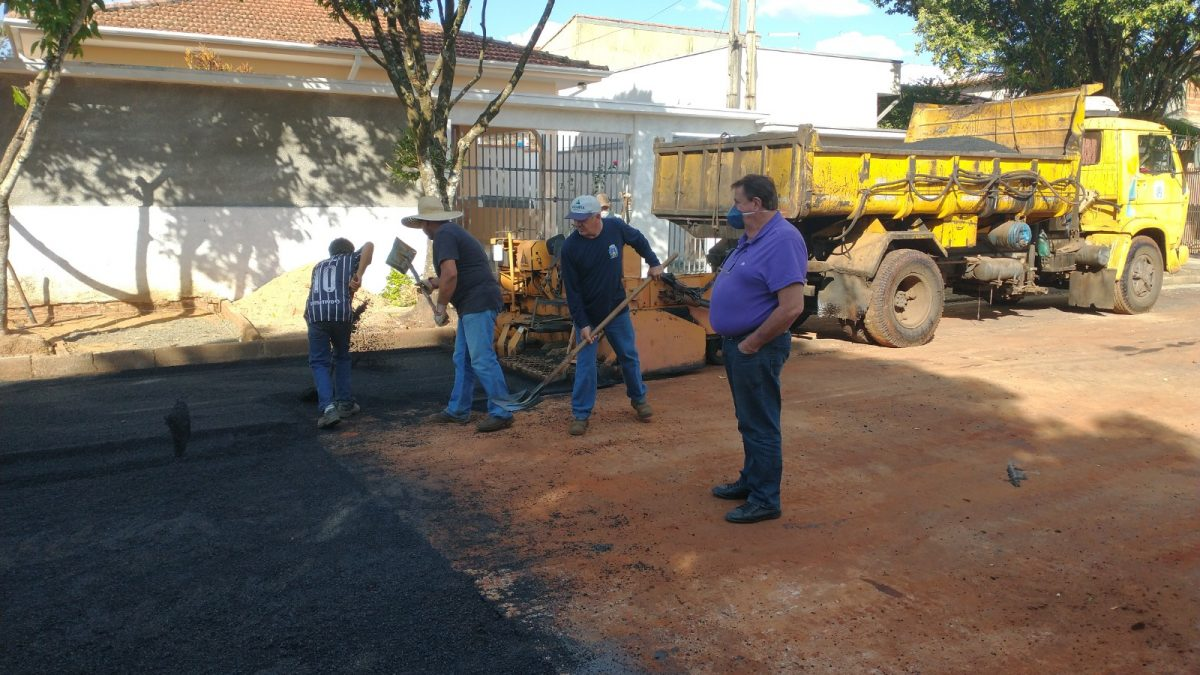 Mais uma trecho de rua do Jardim Paola é asfaltado