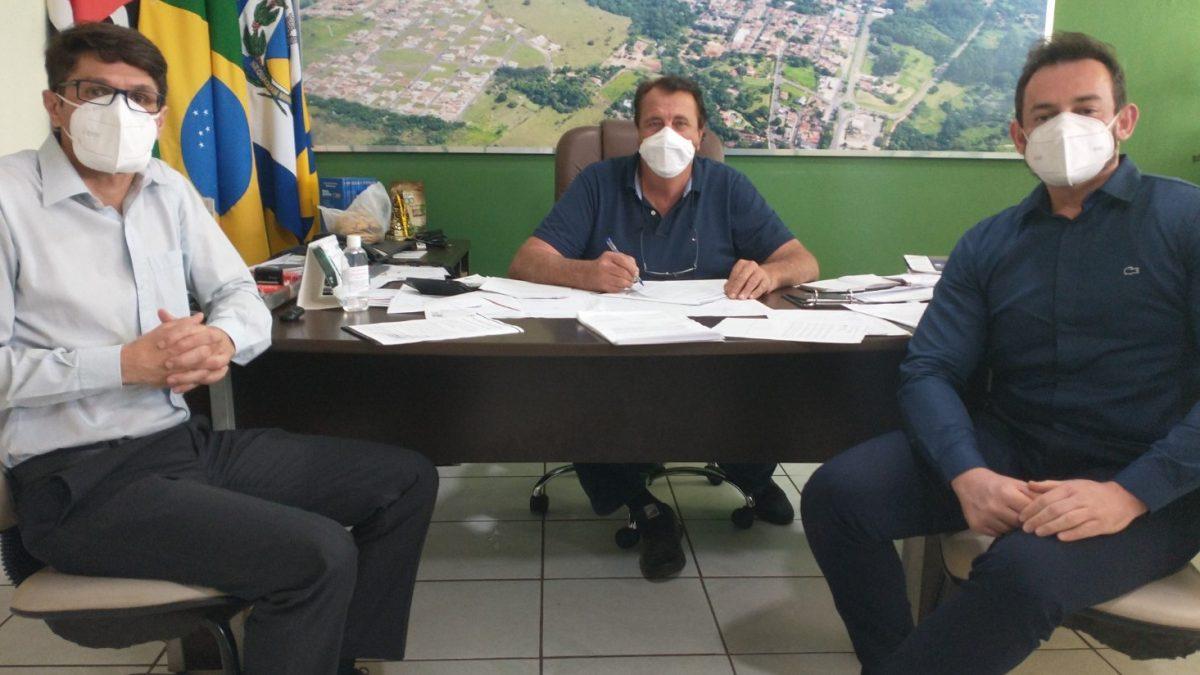 Prefeito assina convênio que garante descontos de até 60% na Universidade Brasil para servidores municipais