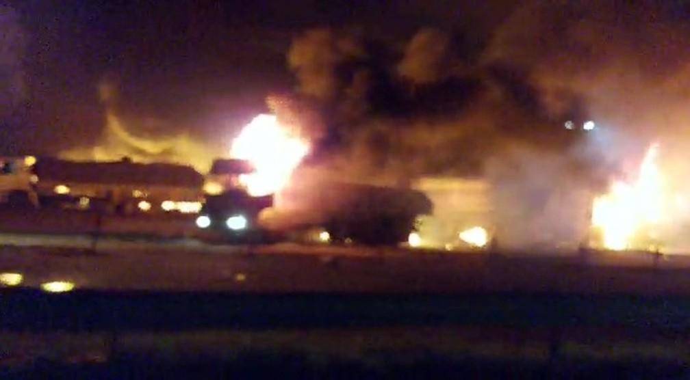 URGENTE: Caminhão explode em posto de combustíveis em Rio Claro e deixa 4 feridos graves