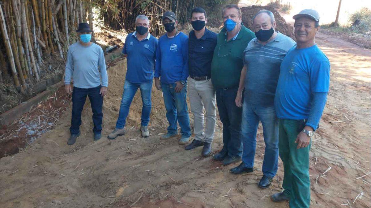 Prefeito, vice-prefeito e vereadores vistoriam obra em estrada rural na região da 'Serrinha'