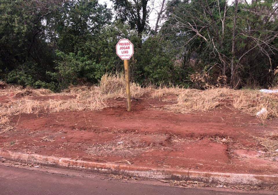 PROIBIDO JOGAR LIXO: Prefeitura instala placas e intensifica fiscalização em pontos de descarte irregular de lixo, entulho e outros materiais inservíveis