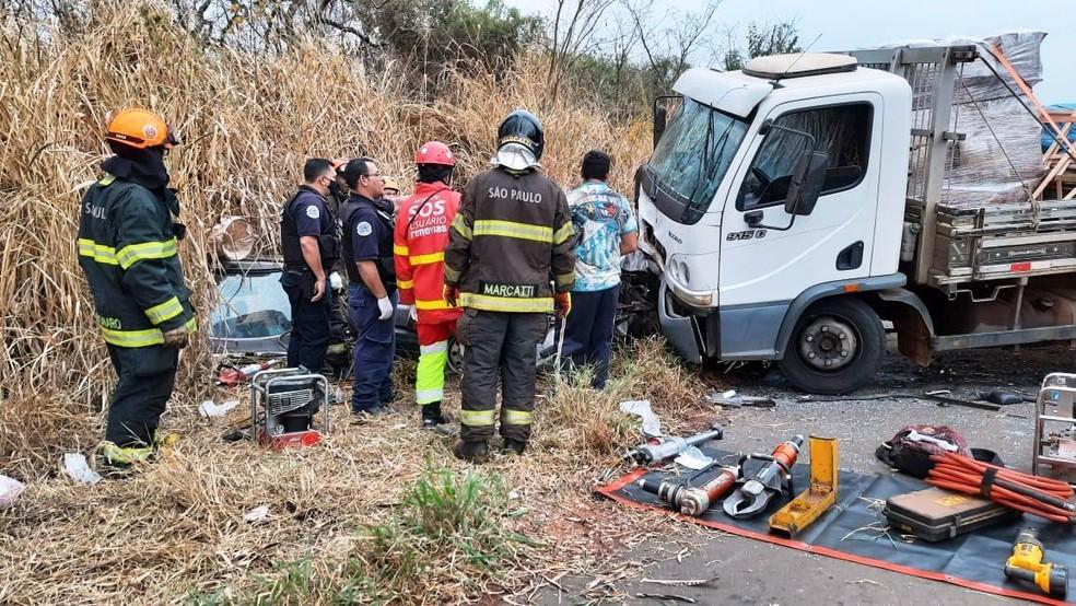 Região: Acidente entre carro e caminhão deixa 3 mortos e 4 feridos na SP-225 em Aguaí