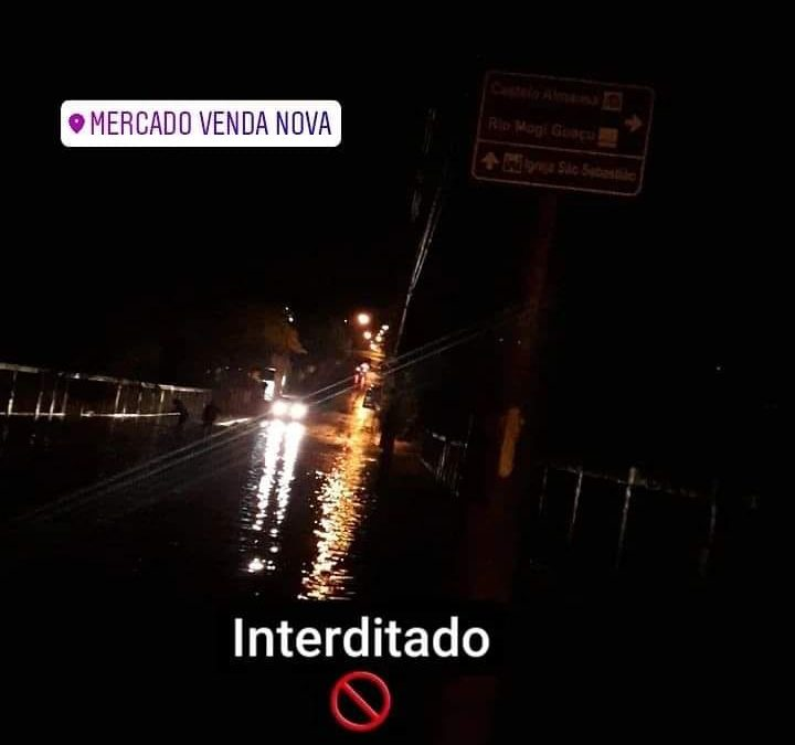 URGENTE: Avenida Pio 12 se encontra alagada nas proximidades da Fepasa