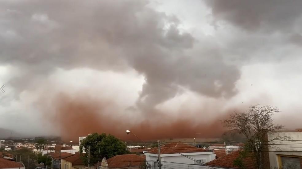 REGIÃO: Moradores registram nuvem de poeira em Pirassununga
